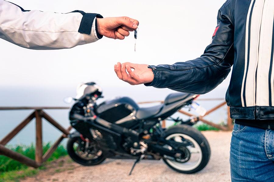 ¿A qué conductores cubre el seguro de mi moto?